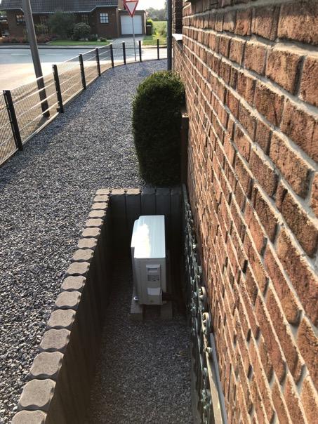hier das professionelle DAIKIN-Außengerät hochwertig im Fensterschacht installiert