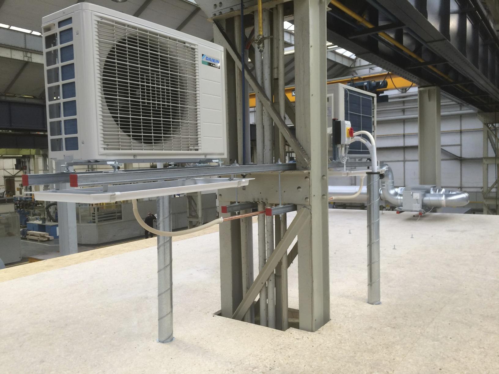 Split-Außengeräte in einer Werkhalle